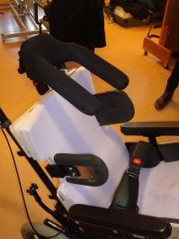i2i headrest, planar backrest with asymmetrical swing away trunk laterals